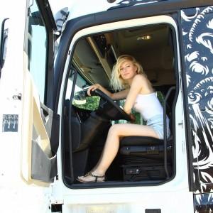 iwona_blecharczyk_trucking_girl