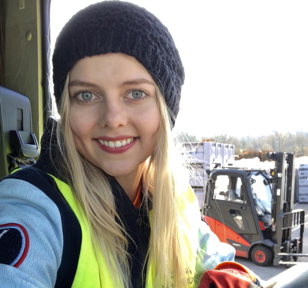 «Una relación con una conductora en rutas internacionales asusta a los hombres» – entrevista con una conductora de camión entre carga y descarga